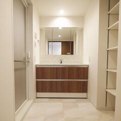 洗面室/タイル/収納/造作/白 白を基調としたフロアタイルの洗面室。 三…