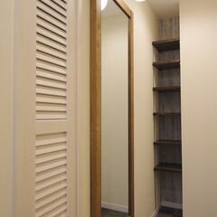 アンティーク調/玄関まわり/造作棚/玄関ミラー/玄関収納/玄関照明 小物にもこだわりアンティーク調の玄関に仕…