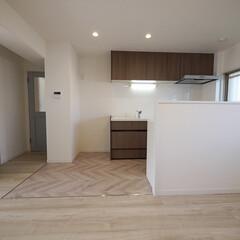 ヘリンボーン/キッチン/リビングダイニング キッチン周りの床をおしゃれなフレンチヘリ…