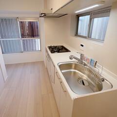 キッチン/腰高窓 2つの窓から換気ができる気持ちのよいキッ…