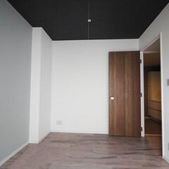 寝室/アクセントウォール 主寝室はペールブルーのアクセントウォール…