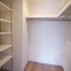 可動棚/パイプハンガー/ウォークインクロゼット/WIC 洋室の奥には可動棚とパイプハンガーを取り…