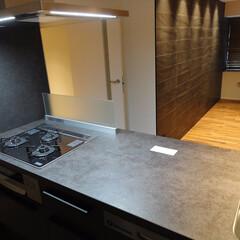 オープンキッチン/黒いキッチン/漆黒/ワークトップ/アイランド型 漆黒ワークトップのオープンキッチン