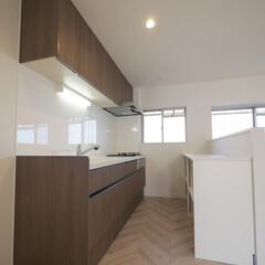 キッチン/キッチンカウンター/木目調キッチン ブラウンの木目調のシックな壁付けキッチン…