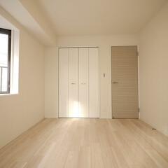 洋室/出窓/二面採光 ベランダと出窓の二面採光の取れる明るい洋…