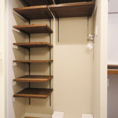 集成材の棚/下足入 玄関の下足入と洗濯機置き場も集成材の棚板…