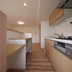 キッチン/棚付きカウンター/キッチンカウンター 壁付けのキッチンに棚付きカウンターを造作。