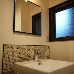 洗面/モザイクタイル/レトロモダン 洗面台はモザイクタイルで装飾。 黒枠の四…