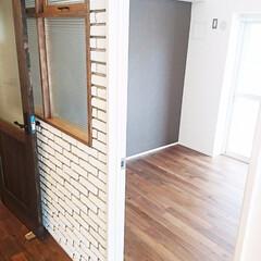 レンガ/タイル/室内窓 白レンガ風のブリックタイルと突き出し窓の…
