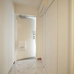 玄関/大理石調/フロアタイル/内装リフォーム 玄関は高級感のある大理石調タイルに張替え…