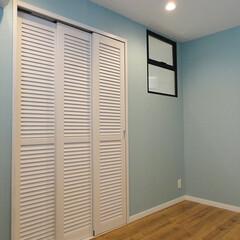ブルーのクロス/アクセントクロス/カラークロス/ルーバー扉/室内窓 ライトブルーのクロスとルーバー扉のクロー…
