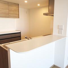 キッチン/ウォールナットのキッチン/カップボード/キッチンカウンター/白いカウンター 深みのあるウォールナットのキッチン。カウ…(1枚目)