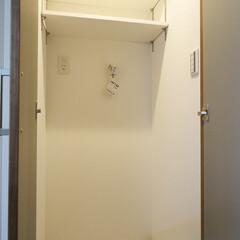 洗濯機置き場 廊下に作った扉付きの洗濯機置き場。