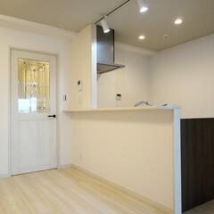 キッチン/対面キッチン/ダクトレール/スポットライト キッチンを対面式に。天井にはダクトレール…