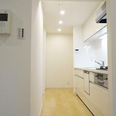 キッチン/白いキッチン 独立タイプのキッチンは真っ白で洗練された…