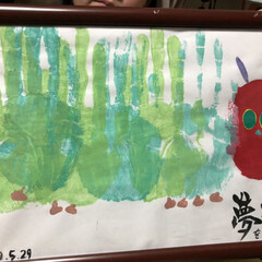 メッセージ/夢/緑/手形アート/絵の具/はらぺこあおむし 上京する娘に家族全員からの手形アートでエ…