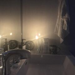 洗面所/洗面台/停電/100均 停電時の洗面室。 歯ブラシスタンドに電池…