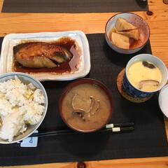 おうちごはん/ごはん 秋に栗を剥いて🌰作る栗ご飯 お魚と茶碗蒸…