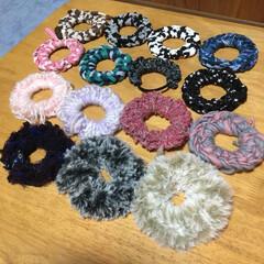指編み/シュシュ/ハンドメイド 指編みでたくさんシュシュ作りました! コ…