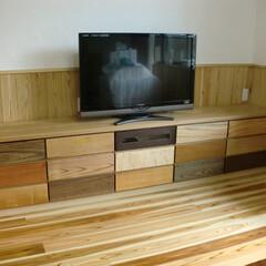 リビングルーム/テレビ/テレビボード/オーダー/タモ/スリット/... 引出の前板を15種類の木で作られたTVボ…