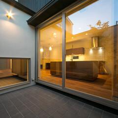 中庭/テラス 窓の向こうのテラスは、キッチンのもう一つ…