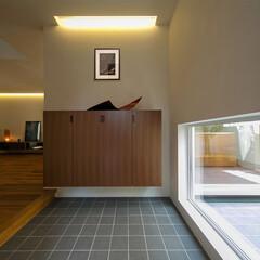玄関/玄関ホール/間接光/開放感/吹き抜け アプローチのスロープを上がると、テラスの…