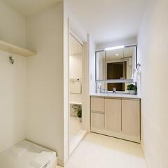 洗面所/収納/三面鏡 水回りを白で統一することで、清潔感がアッ…