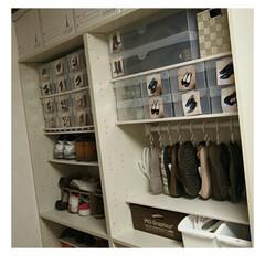 シューズハンガー ホワイト | イノマタ化学(物干しハンガー、ピンチ)を使ったクチコミ「ブーツ用の収納ボックスは一番上に収納して…」