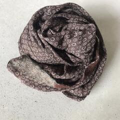 ブラウン/小花柄/スカーフ/お気に入り/おでかけ/ファッション こんな時期は本当に重宝するスカーフ  い…
