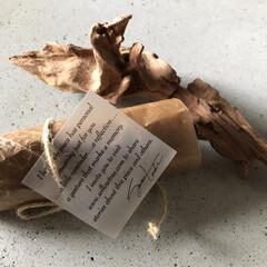 組み合わせ/包装紙/蝋引き紙/日常のふとしたこと/雑貨/暮らし 文字書きタグと丸めた蝋引き紙 これだけの…