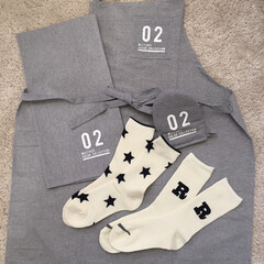 グレー/エプロン/モノトーン/白黒/ロゴ/靴下/... DAISOでエプロンや靴下など。