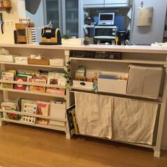 絵本棚DIY/絵本収納/カウンター下収納/カウンター下収納棚/DIY収納 うちでは、ディアウォールを使い、カウンタ…