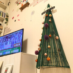 手作りツリー/手作りクリスマスツリー/ハロウィン/ハロウィンツリー/クリスマス/クリスマスツリー/... 100均のフラワー壁掛けカゴ&毛糸&ピン…
