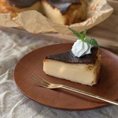 おうちカフェ/バスク風チーズケーキ/バスチー/おうちごはん/簡単/おしゃれ/... バスク風チーズケーキ。 カットした断面。…