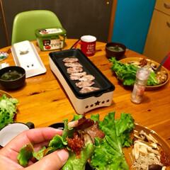 夜ご飯/カフェ風/サムジャン/円形テーブル/ダイニングテーブル/モニター/... 大きなホットプレートを出す程 本格的な焼…