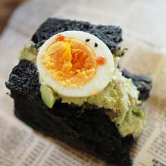 可愛いのが好き/朝パン/アボカド/ゆで卵/竹炭食パン/ハンドメイド/... エッグスチーマーが大活躍🥚 竹炭食パンで…(2枚目)