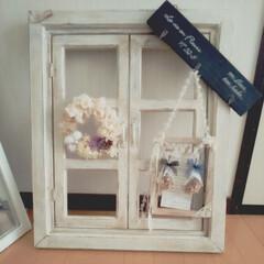 Petit monde ウィンドウフレームL ダブルドア ホワイト(レリーフ、アート)を使ったクチコミ「窓枠に大好きな雑貨を♡♡」