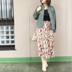 ママコーデ/今日のコーデ/ファッション/プチプラコーデ/ユニジョ 花柄のスカートは、暖色系の色遣いが明るい…
