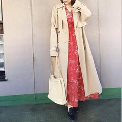 休日コーデ/ママコーデ/今日のコーデ/ファッション/プチプラコーデ 真っ赤な花柄のロングドレスに、 トレンチ…