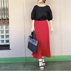 ユニジョ/プチプラコーデ/ママコーデ/通勤コーデ/今日のコーデ/ファッション 真っ赤なスカートには黒のトップスをセレク…