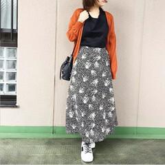 ユニクロコーデ/guコーデ/今日のコーデ/プチプラコーデ/ママコーデ/ファッション モノトーンコーデに、挿し色でオレンジのカ…