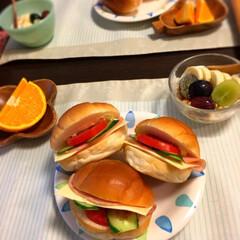 あさごはん/コーヒープレス/フレンチプレス/ロールパンサンド 朝ごはん作ったのに、トマトのスライスをつ…