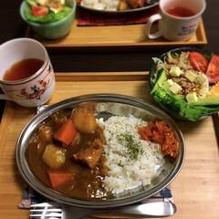 サラダ/いぶりがっこ/ゴロゴロ野菜/ポークカレー/カレー 金曜はゴロゴロ野菜のカレー🍛^_^今日は…