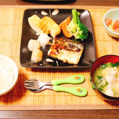 もち麦ご飯/ブロッコリー/アスパラ/里芋のお味噌汁/だし巻き卵/マグロアボカド/... お魚定食〜!