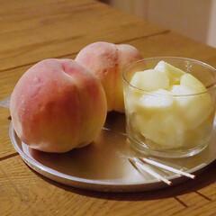アミューズ・ブッシュ ボデガ 7.10860(皿)を使ったクチコミ「お風呂上がりに今季初の桃🍑 よく行く八百…」(1枚目)