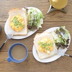 リミアな暮らし/トーストアレンジ/朝ごはん/朝ごはんレシピ/おうちごはん/簡単/... チーズ入りスクランブルエッグを乗っけたオ…