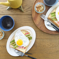 朝ごはんレシピ/トーストアレンジ/朝ごはん/おうち時間/暮らし チーズトーストにアスパラと目玉焼きをオン…
