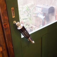 ミルクペイント/セルフリノベーション/秘密基地/DIY/バイクガレージ/ドアDIY/... バイクガレージの手作りドアです。 ドアハ…