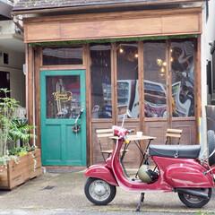 ガレージ/バイクガレージ/木造倉庫/ヴィンテージベスパ/カフェ風/DIY/... ガレージの入口もカフェ風に作りました。 …