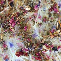 ハーバル染め/草木染め/ハーブ/天然染め/植物染め/花びら染め じゅわり。 蒸しあげると、ハーブ達から色…